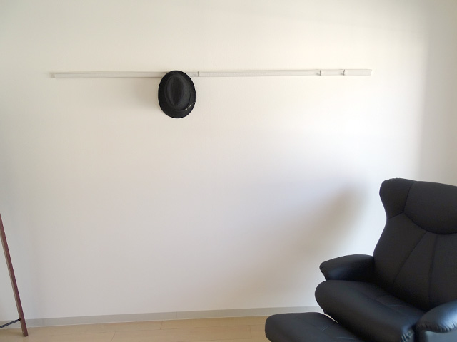 壁掛け収納レールに帽子をかけるとそれだけでスタイリッシュ