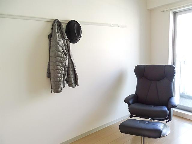 壁掛け収納レールにコートをかけてもスタイリッシュ