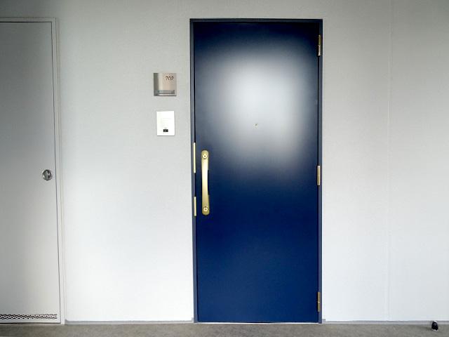 ブルー×ゴールドのカッコいい玄関扉