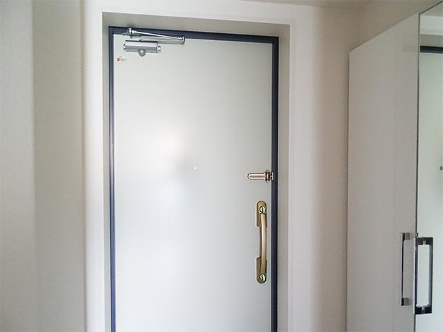 玄関扉の内側はホワイト