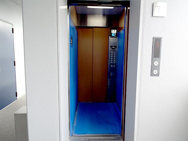 エレベーターの扉はレッド!