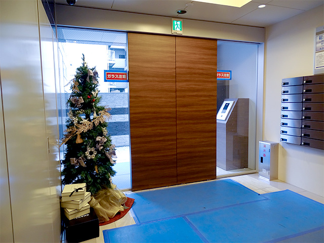 エントランス内。取材時はクリスマスツリーが飾られていました。